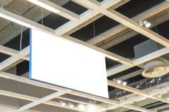 Mofa para arriba Señalización vacía blanca rectangular horizontal, interior del tablero de la información en el centro comercial, fotografía de archivo