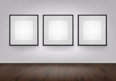 Mofa vacía del blanco de tres vectores encima de marcos del negro de imágenes de los carteles en la pared con el piso de madera F stock de ilustración