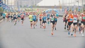 20 mogą 2018, Kazan Rosja, Kazan, - maraton, sportowów biegacze przy maratonem w mieście, zwolnione tempo zdjęcie wideo