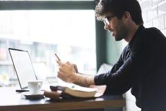 Mogen ägare av en affär i en svart skjorta arkivfoto