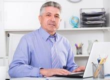 Mogen advokat som förbereder dokument Arkivfoto