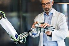 Mogen affärsman eller forskare med en robot Arkivfoton