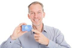 Mogen affärsman Showing Credit Card Royaltyfri Fotografi