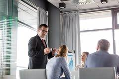 Mogen affärsman som diskuterar med kollegor i bräderum royaltyfri foto