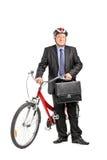 Mogen affärsman som framme poserar av en cykel Royaltyfri Fotografi