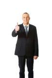 Mogen affärsman som gör en gest det ok tecknet Arkivbild