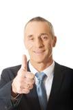 Mogen affärsman som gör en gest det ok tecknet Arkivfoto