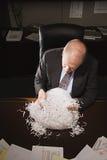 Mogen affärsman som spelar med pappers- shreddings Fotografering för Bildbyråer