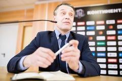 Mogen affärsman Speaking på presskonferensen arkivfoto