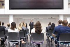 Mogen affärsmanMaking Presentation At konferens Arkivfoto