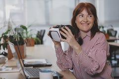 Mogen aff?rskvinna som arbetar p? kontoret arkivbilder
