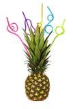 Mogen ananas med olorful dricka sugrör för Ñ- på vit Arkivfoton