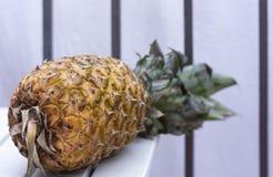 Mogen ananas på tabellen arkivfoton