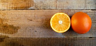 Mogen apelsin på den gamla trätabellen royaltyfria foton