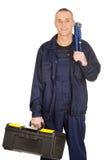 Mogen arbetare med den hjälpmedelpåsen och skiftnyckeln Arkivfoton