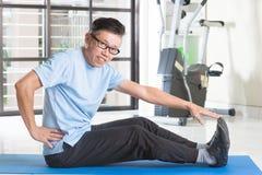 Mogen asiatisk man som övar på idrottshallen Royaltyfri Fotografi