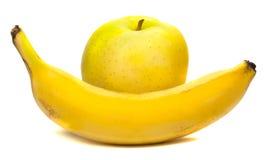 Mogen banan och äpple på en vit bakgrund Royaltyfri Foto