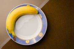 Mogen banan på plattaanseendet på tabellen royaltyfri fotografi