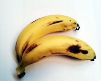 Mogen banan på vit bakgrund med urklippbanan royaltyfri fotografi