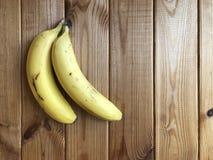 Mogen bananlögn på en trätabell Royaltyfri Bild