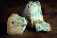Mogen blå möglig ost för Stilton - mörk bakgrund Arkivbild