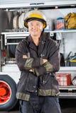 Mogen brandman Standing Arms Crossed mot Royaltyfri Bild