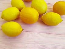 Mogen citrongrupp på ställe för friskhet för rosa trähalv förberedelsebakgrund ett vegetariskt för text fotografering för bildbyråer