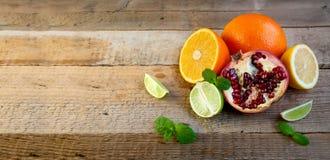 Mogen citrusfrukt på den gamla trätabellen Apelsin limefrukt, citronmintkaramell sund mat Blåtthav, Sky & moln arkivbilder