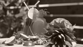 Mogen frukt för ananas i trädgården som roterar stock video