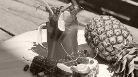 Mogen frukt för ananas i trädgården som roterar arkivfilmer