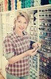 Mogen glad kvinnakund som väljer olika knappar Arkivfoton