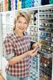 Mogen glad kvinnakund som väljer olika knappar Royaltyfria Foton