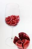 Mogen granatäpplefrukt i ett exponeringsglas Royaltyfri Foto