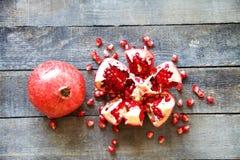 Mogen granatäpplefrukt på trätappningbakgrund Royaltyfria Foton