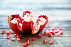 Mogen granatäpplefrukt på trätappningbakgrund Fotografering för Bildbyråer