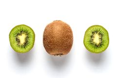 Mogen hel kiwi och halv isolerad kiwi Royaltyfria Foton
