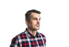 Mogen hipsterman i kontrollerad skjorta Studioskott som isoleras Arkivbilder