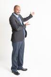 Mogen indisk affärsman för full längd som visar tomt utrymme Arkivfoto
