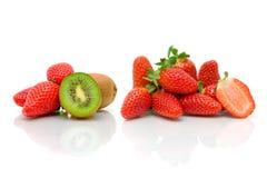 Mogen jordgubbe och kiwi på vit bakgrund Royaltyfri Bild