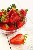 Mogen jordgubbe på en vit träbakgrund royaltyfri fotografi