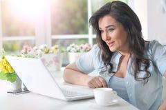 mogen kvinna för bärbar dator Arkivbild