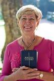 mogen kvinna för bibel Fotografering för Bildbyråer
