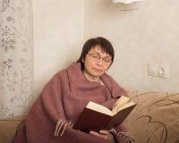 mogen kvinna för bok royaltyfria bilder