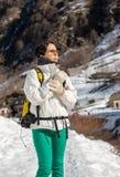 Mogen kvinna f?r fotvandrare i sn?n royaltyfri fotografi