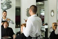 Mogen kvinna i frisersalongen Fotografering för Bildbyråer