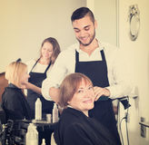Mogen kvinna i frisersalongen Arkivbild