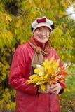 Mogen kvinna i höstpark Royaltyfri Foto