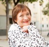 Mogen kvinna i höststadsgata Fotografering för Bildbyråer