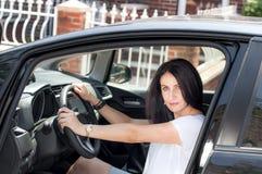 Mogen kvinna i hennes bil Fotografering för Bildbyråer