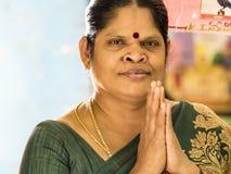 Mogen kvinna med händer som knäppas fast i bön royaltyfri foto